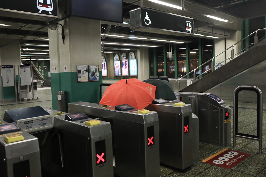 防暴警察稍早曾入葵芳站,在站內施放催淚彈驅散示威者。