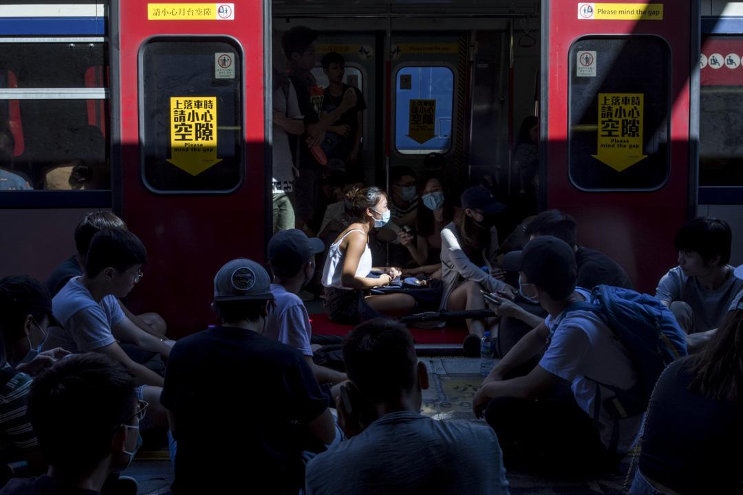 2019年8月5日,一輛停泊在大圍站的列車未能駛離,大量示威者坐在列車及月台上。