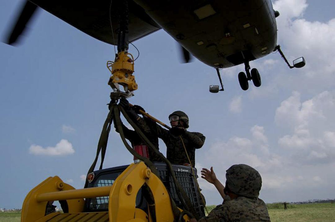參與任務人員正在執行吊掛作業。