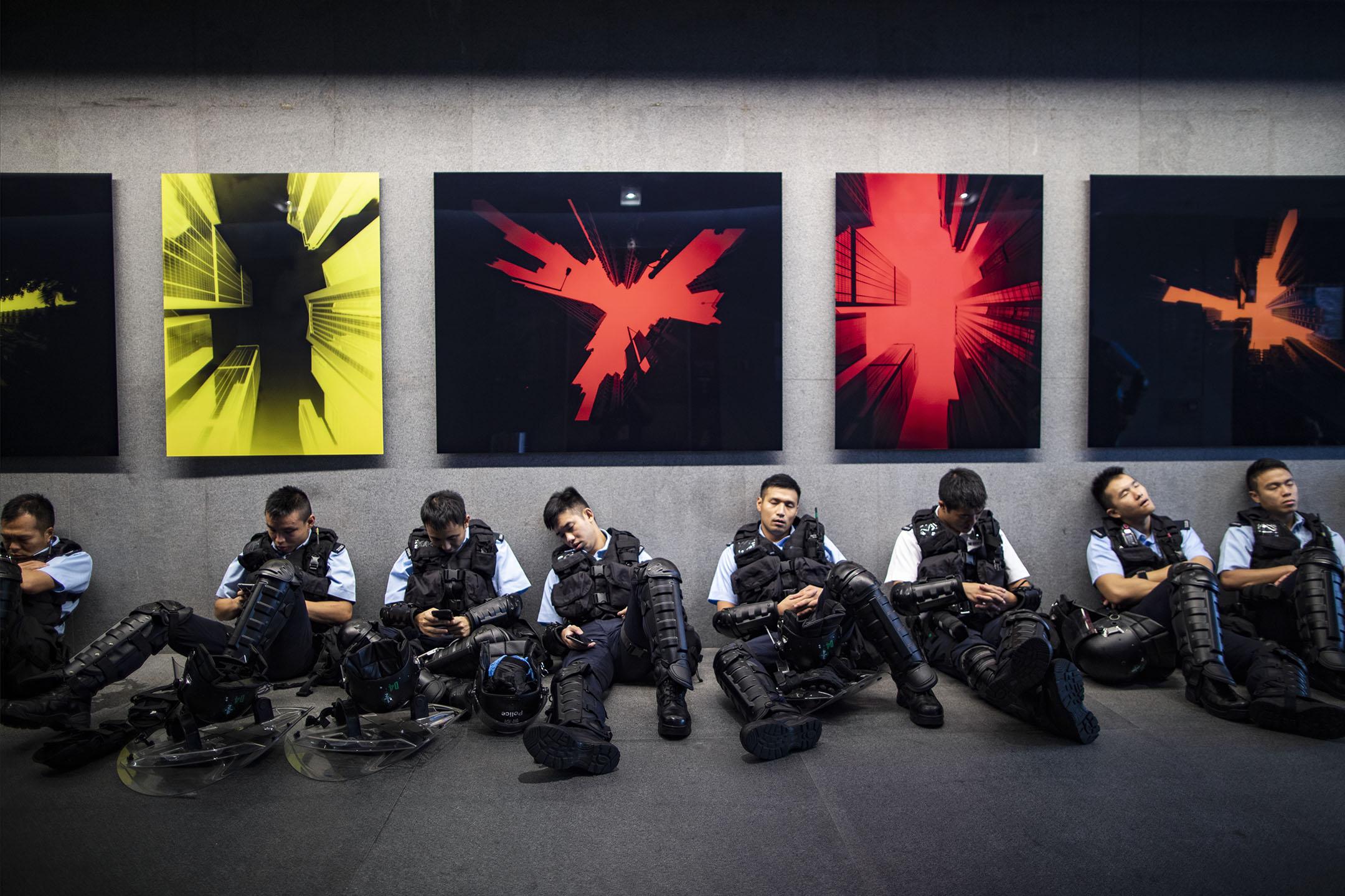 2019年6月12日,反對逃犯條例修訂條例的佔領行動,香港警察在金鐘立法會大堂內休息。 攝:陳焯煇/端傳媒