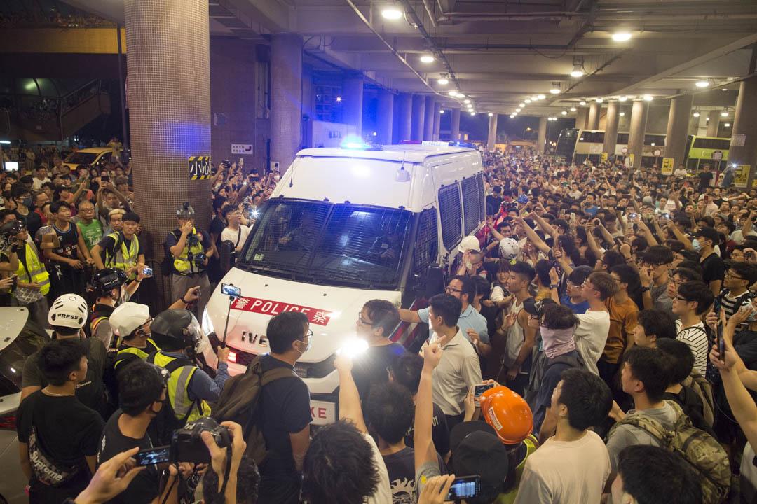 數百名黃大仙市民包圍未及離開的警車。