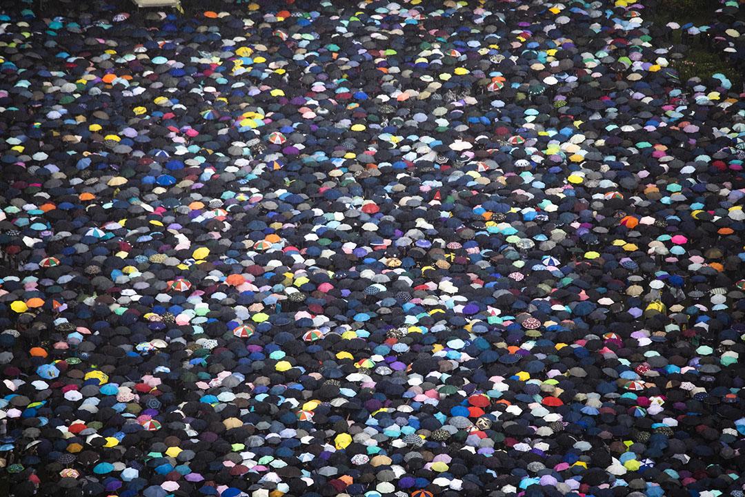2019年8月18日,民陣在香港維園發起集會,訴求為「煞停警黑亂港 落實五大訴求」,參與集會的市民身穿黑衣,人潮龐大,由於大雨,市民紛紛舉起雨傘。 攝:陳焯煇/端傳媒