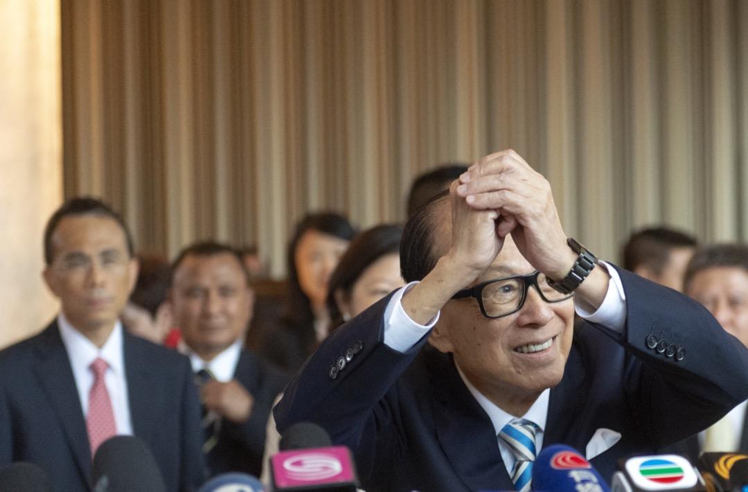 香港「反送中」運動持續逾兩個月,香港首富、長和系資深顧問李嘉誠今天首次就風波發聲,以「一個香港市民」的名義在多份報章刊登兩款廣告,呼籲停止暴力。 攝:Zhang Wei / China News Service / VCG via Getty Images