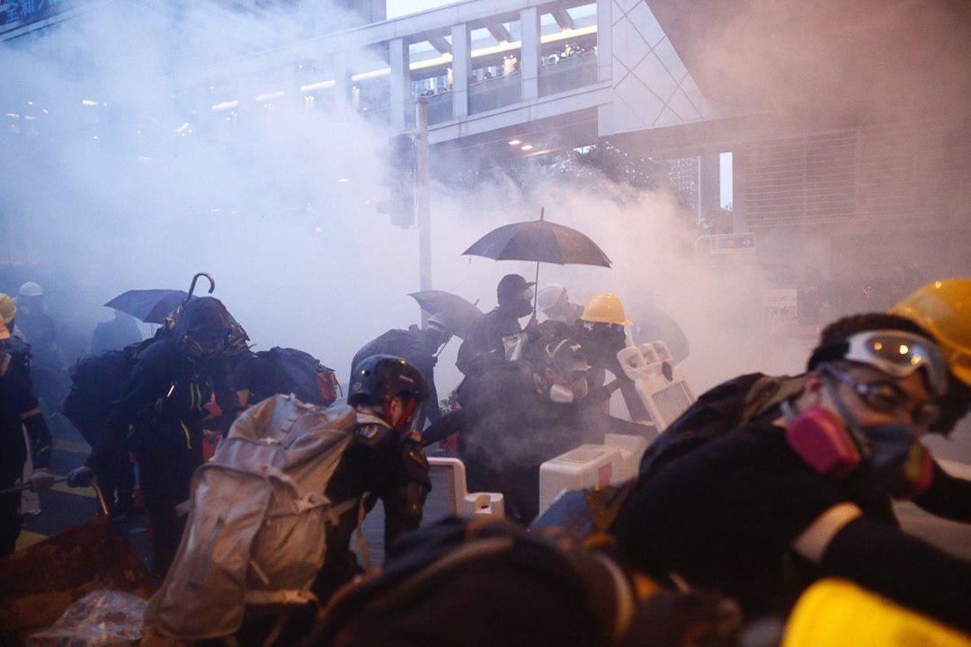 2019年8月25日,荃灣楊屋道下午爆發警民衝突,示威者向警方擲磚塊及疑似汽油彈,警方發射多枚催淚彈回應。