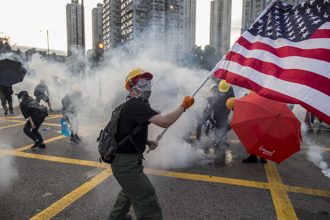 2019年8月5日,大埔示威者手舉美國國旗參與示威。