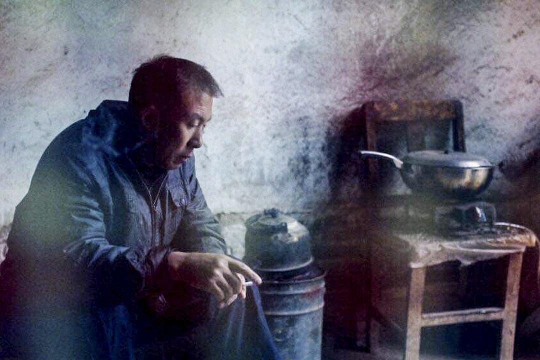 B夫人的中國丈夫坐在牆角抽煙,那是他的北韓媳婦在中國的最後一夜。
