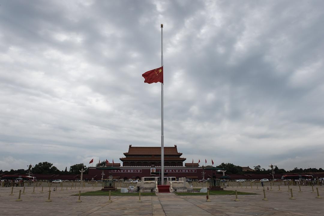中國內地與香港在「兩制」間的制度性差異不僅沒有縮小,反而越來越大。這似乎頗能代表北京和整個北半球此時此刻,在一個最炎熱夏天裏同時經歷的,表面混亂卻內部穩定的基調。