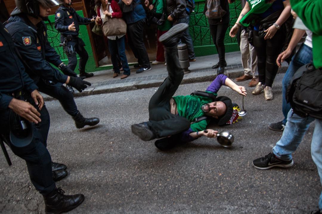 2016年PAH的一次示威行動中,一名示威者被防暴警察推倒。