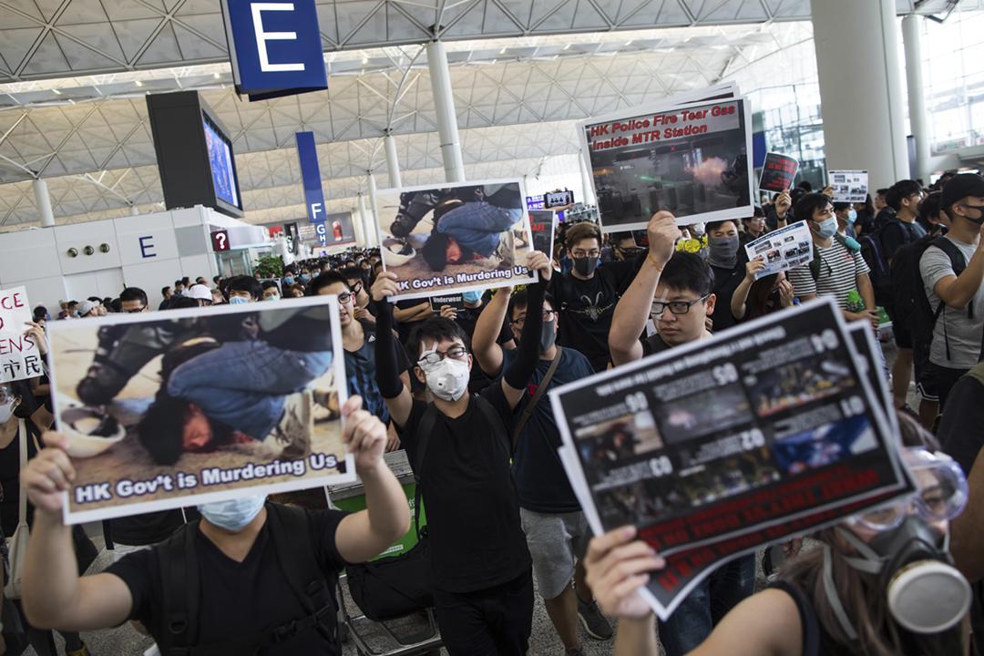 2019年8月12日,大批港人在機場發起「警察還眼」集會,抗議警方近日持續濫用暴力。 攝:陳焯煇 / 端傳媒