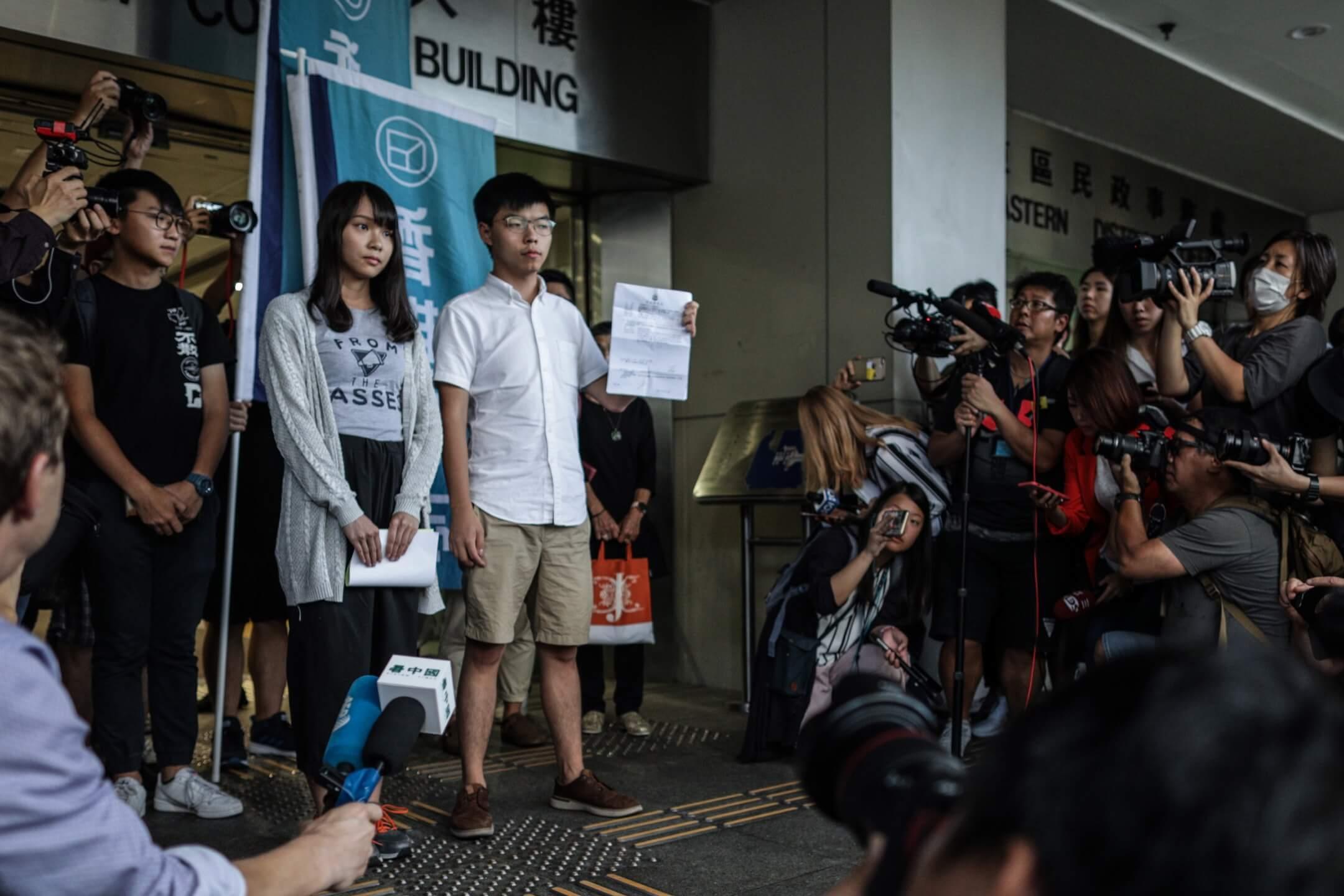 2019年8月30日,周庭和黃之鋒在東區法院保釋後會面傳媒。   攝:Stanley Leung/端傳媒