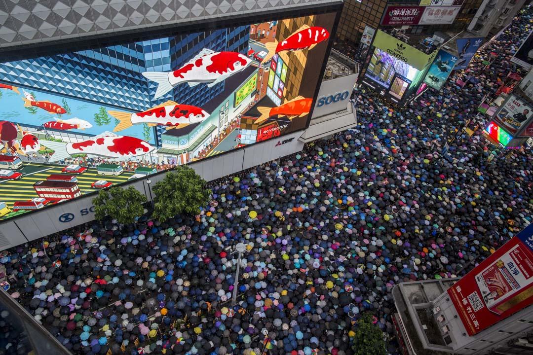 8月18日,下午四點多,銅鑼灣崇光百貨外,示威人群像魚一樣穿過香港街頭。