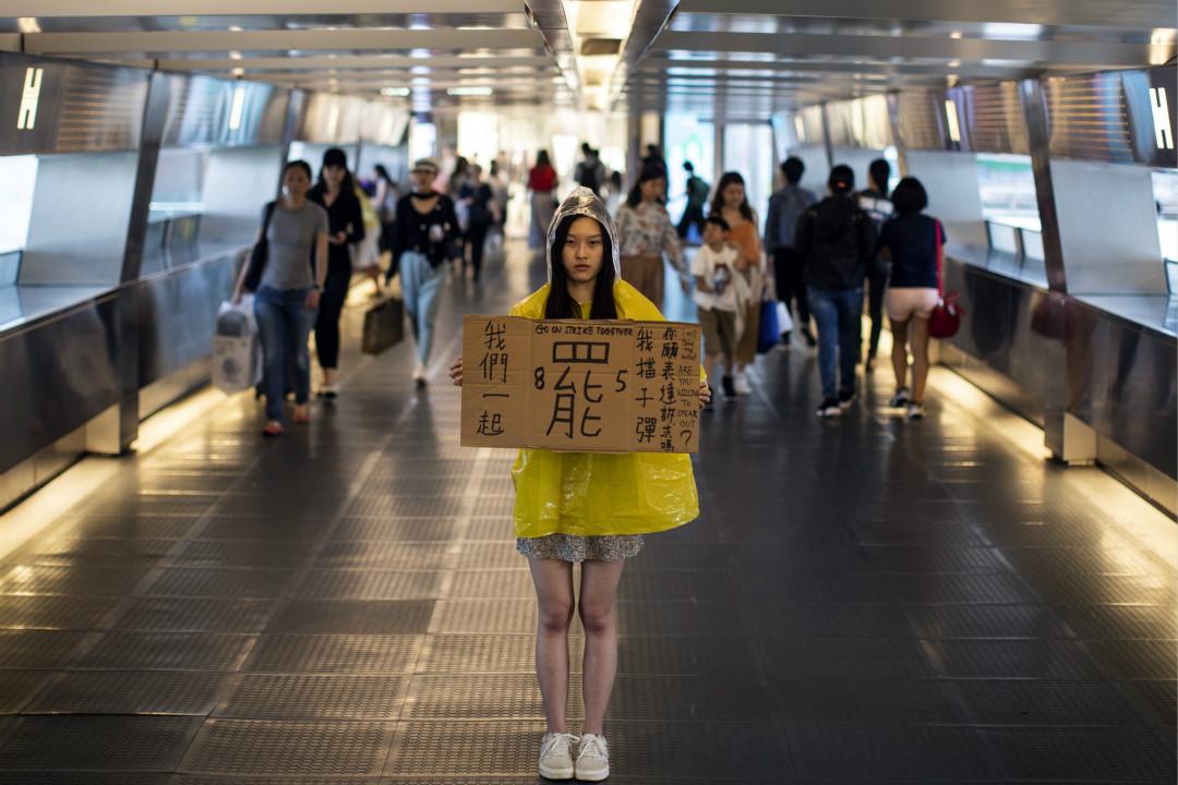 2019年8月3日,香港一名抗議者舉牌呼籲市民8月5日舉行罷工。 攝:Justin Chin/Getty Images