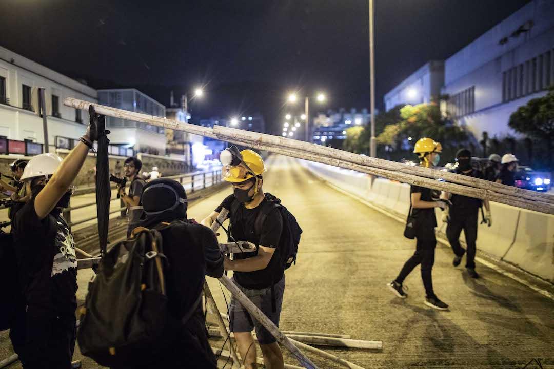 示威者堵塞獅隧馬路。