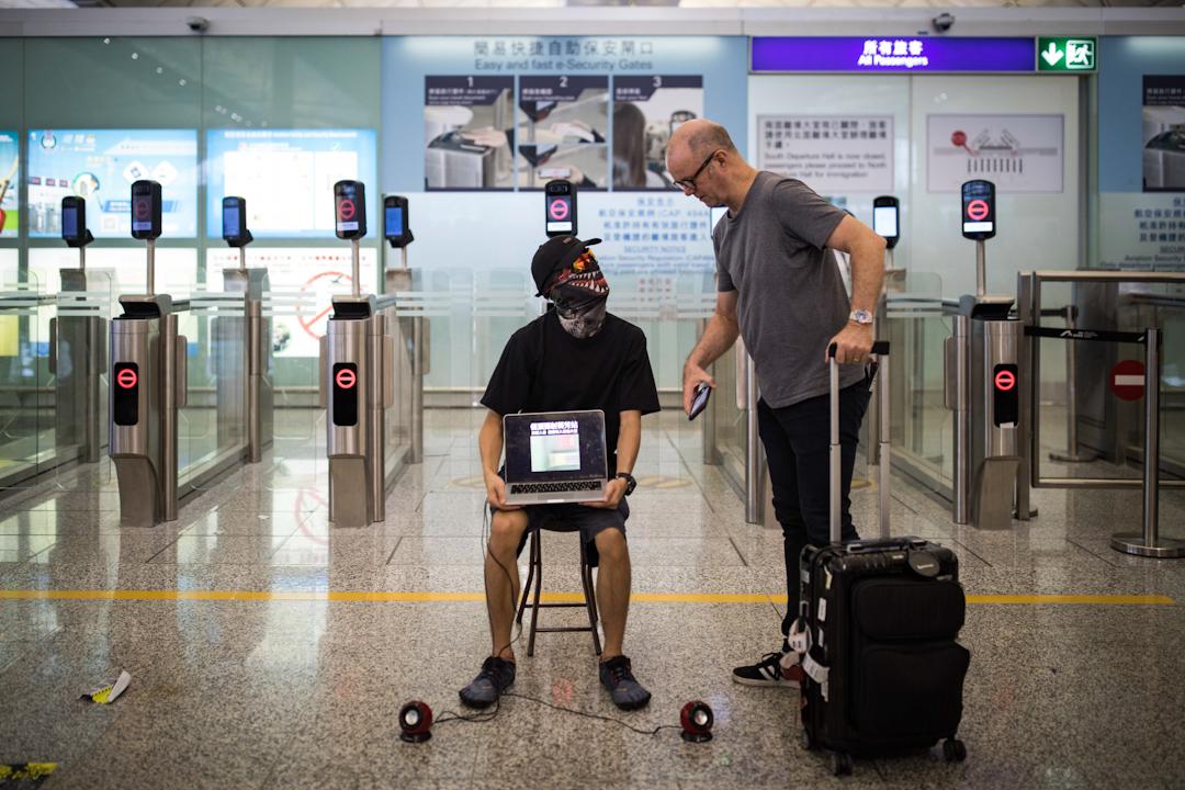 港人在機場發起「警察還眼」集會、抗議警方濫暴,下午4時許,機管局宣布餘下航班取消。