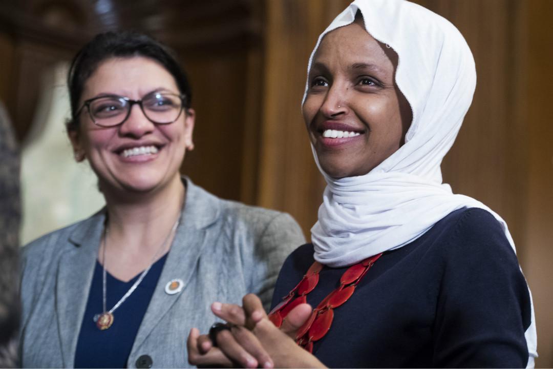 2019年3月13日,美國國會眾議院民主黨人推出反歧視法案,圖為眾議員特萊布(Rashida Tlaib,左)和奧馬爾(Ilhan Omar)。 攝:Tom Williams/Getty Images