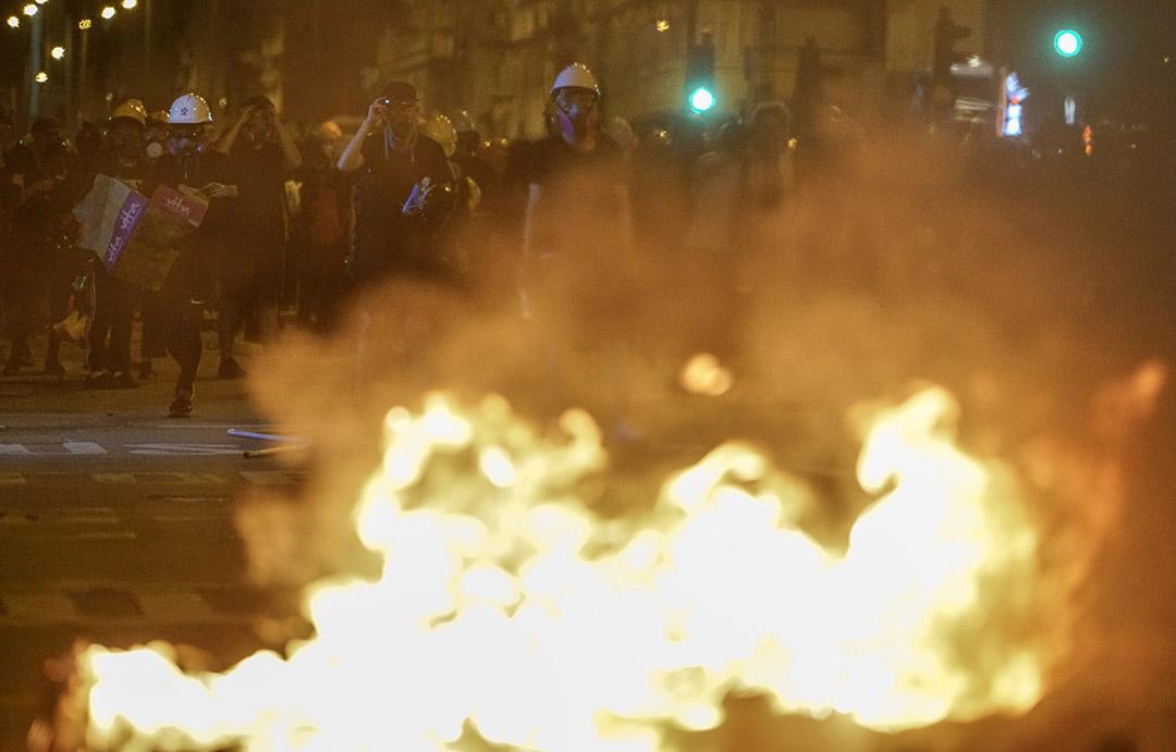 2019年8月5日,深水埗示威者焚燒什物。