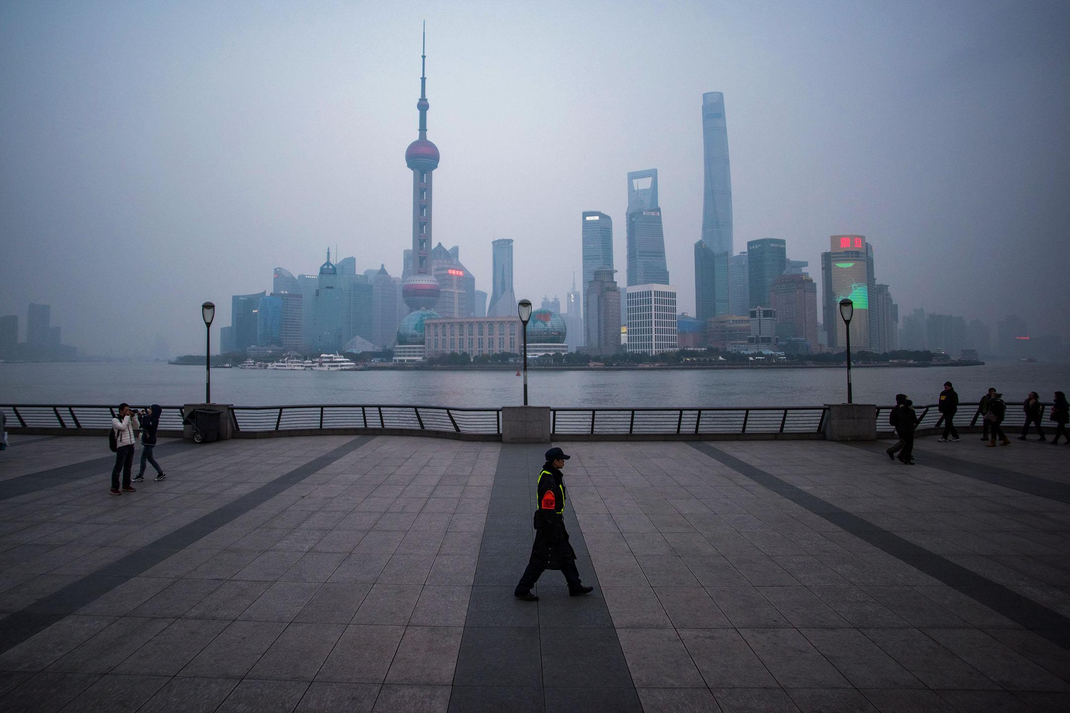 一名保安人員於2016年1月18日走在上海外灘。 攝:Johannes Eisele/AFP via Getty Images