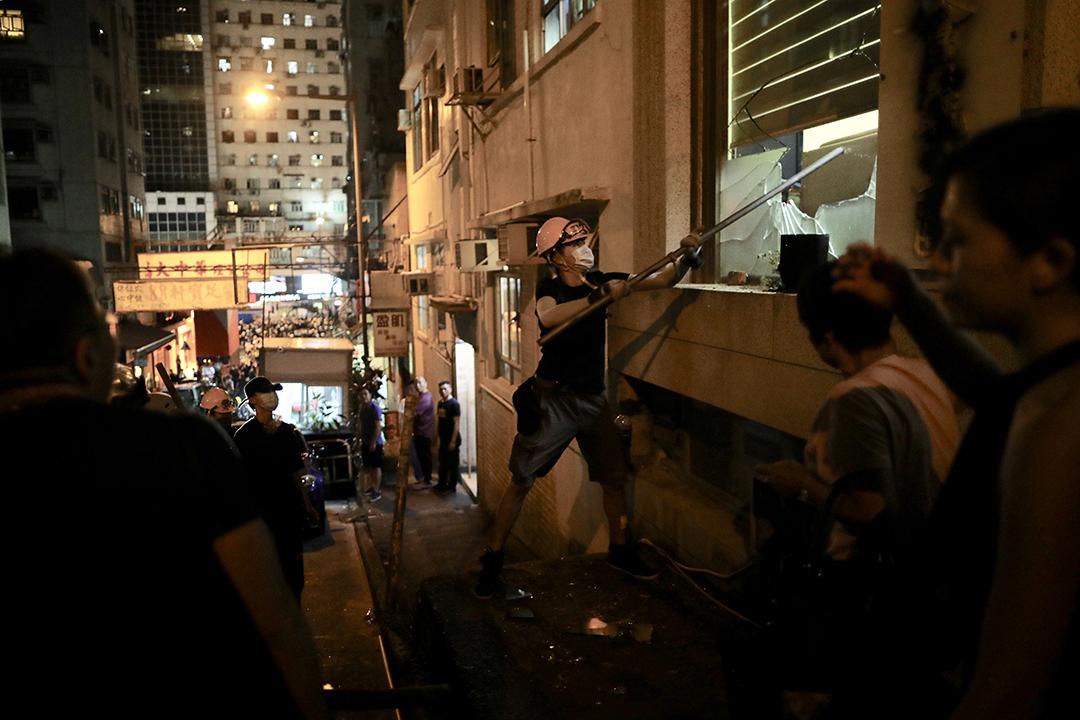 2019年8月5日,示威者遭白衣人攻擊後 往其辦事處破壞。