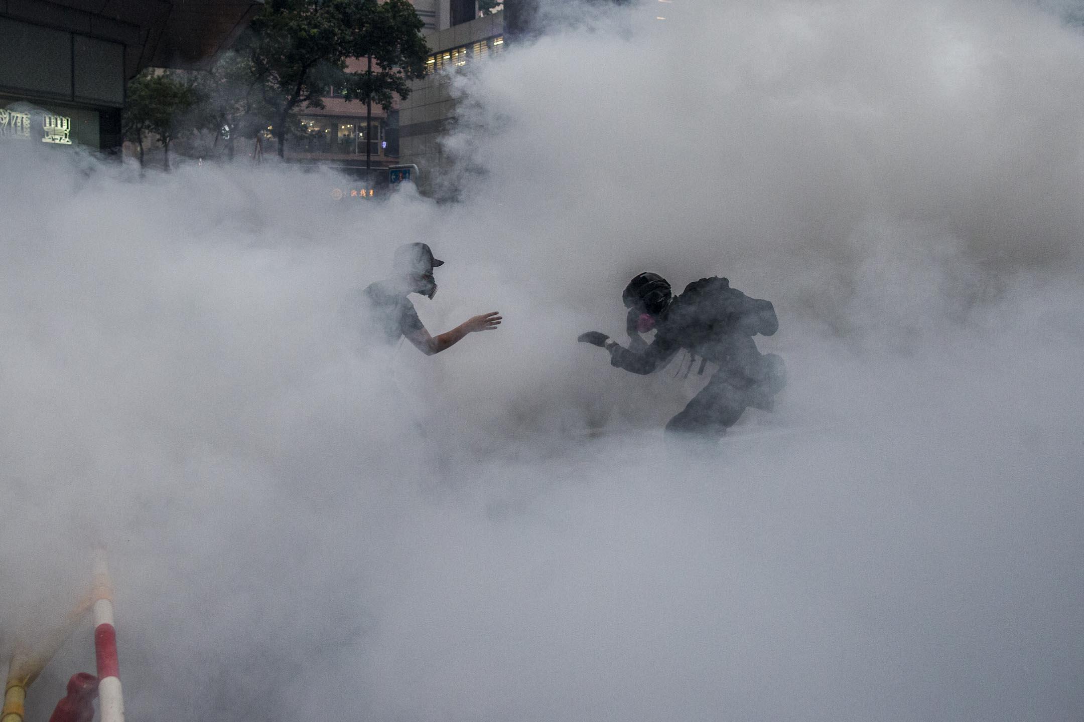 2019年8月25日,荃灣的防暴警察向示威者施放催淚彈。 攝:林振東/端傳媒