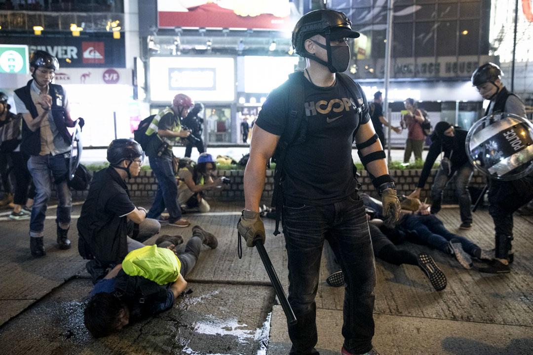 2019年8月11日,警察在銅鑼灣採取行動拘捕示威者,警員假扮示威者混入人眾中,協助防暴警察制服示威者。