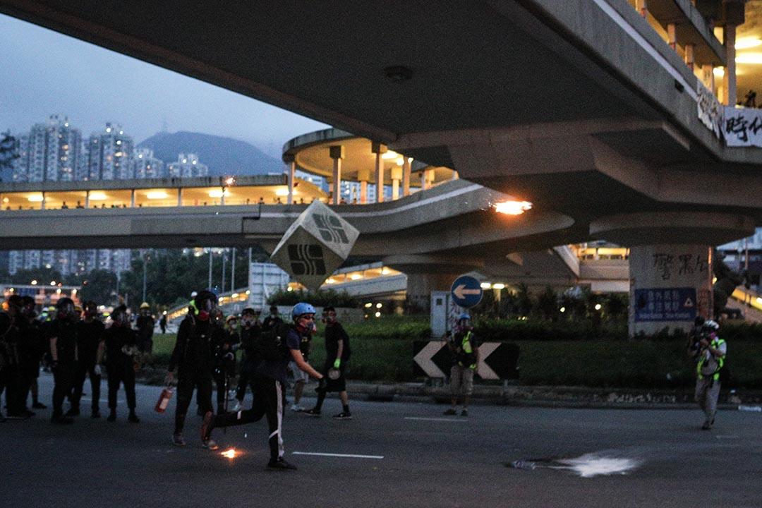 大圍示威者集結,有示威者向堵路的雜物投擲汽油彈。