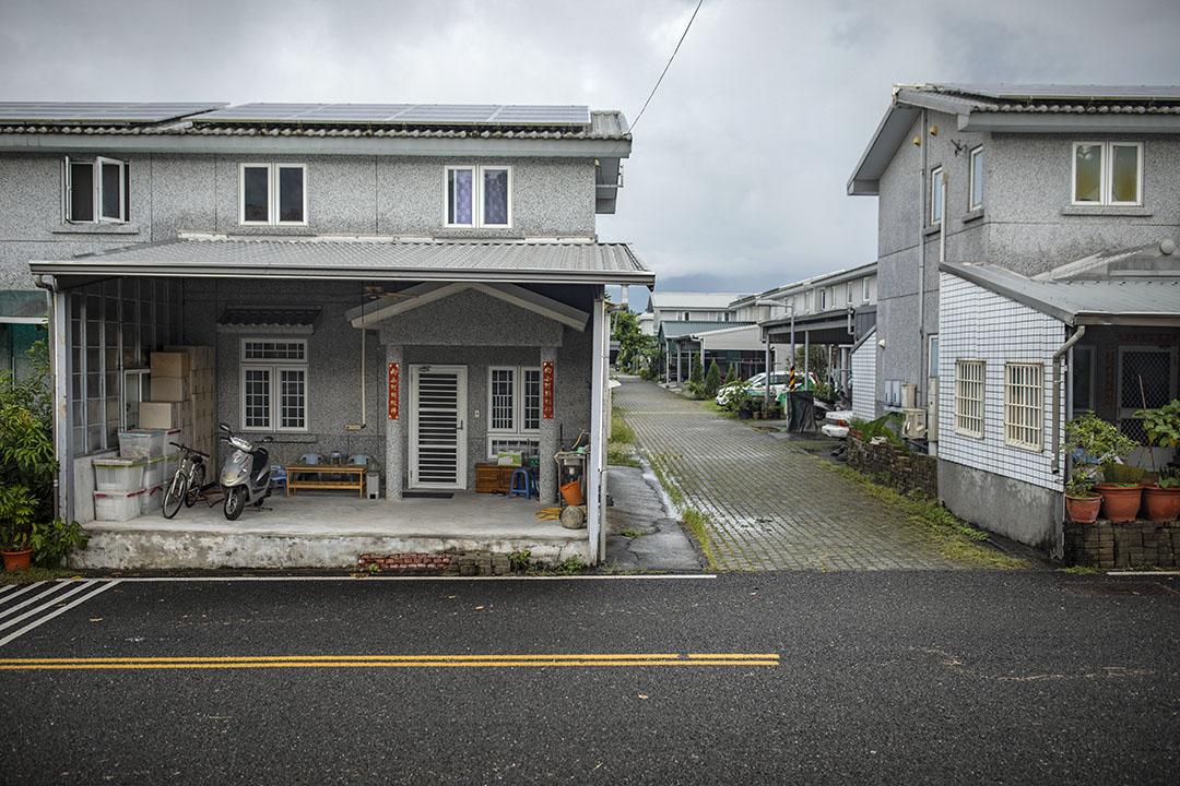 高雄杉林大愛村已有十七間永久屋面臨法拍,其中一戶買主已經入住。