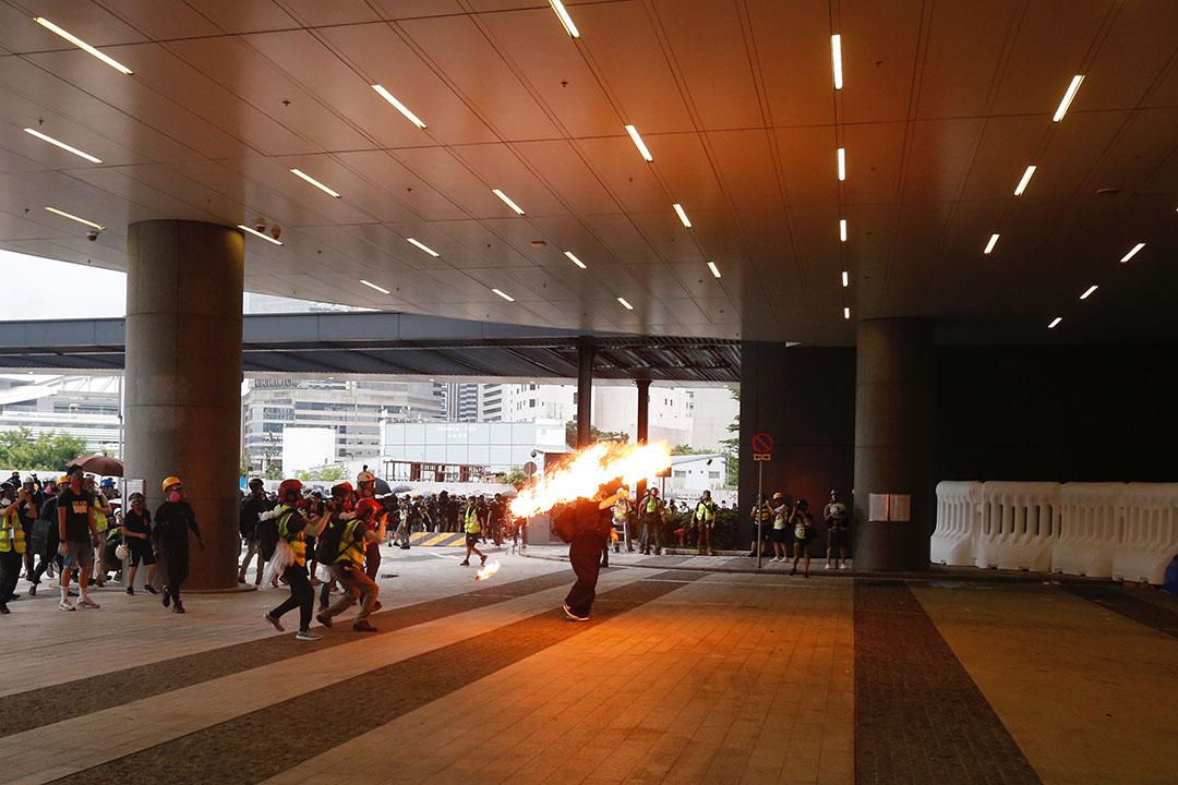 示威者在立法會示威區投擲汽油彈。