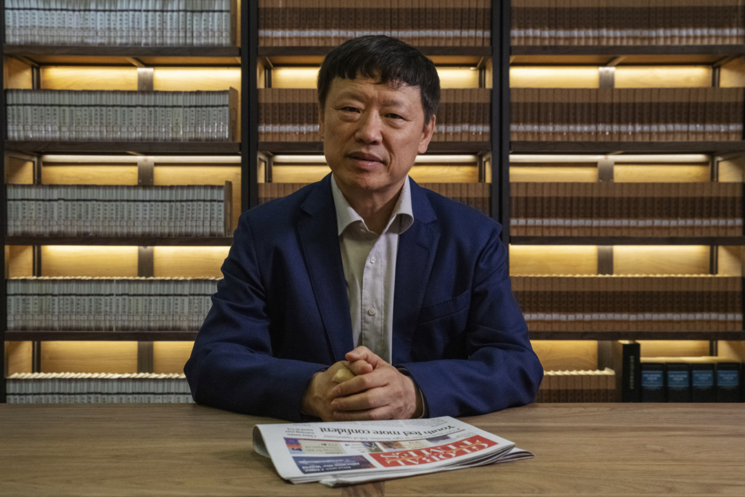 《環球時報》社評強調香港保持高度自治是唯一可行原則,惟底線是不能與中國在政治上對立;有學者認為社評風向轉變,反映中方不願港府引用《緊急法》平息「反送中」風波。圖為2019年6月5日,《環球時報》總編輯胡錫進在北京接受美國傳媒專訪。 攝:Gilles Sabrie / Bloomberg via Getty Images