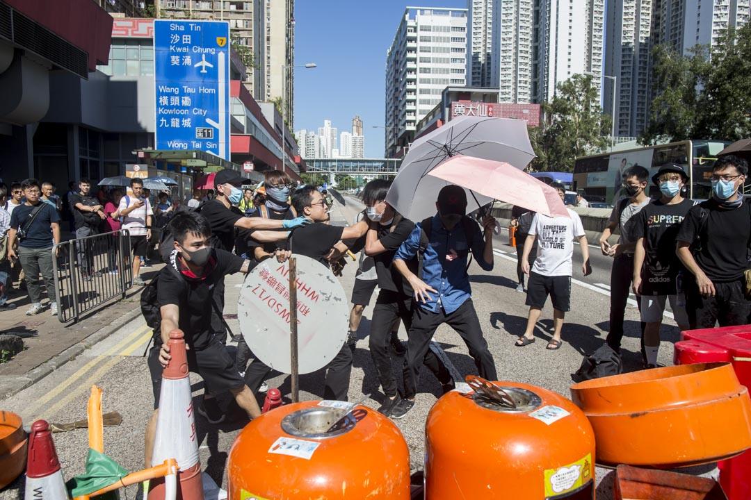 2019年8月5日,早上9時多,龍翔道被示威者再次堵塞,期間有市民與示威者發生衝突。