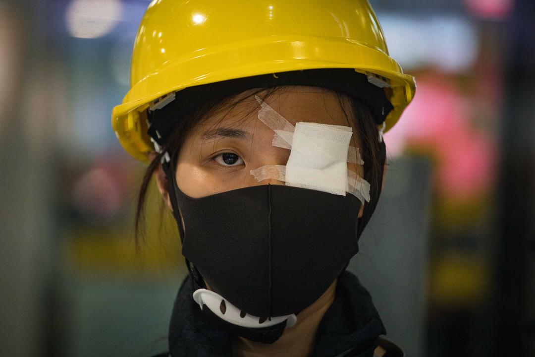 部分示威者用紅筆畫在白紗布上或蒙眼,抗議警察濫用暴力。