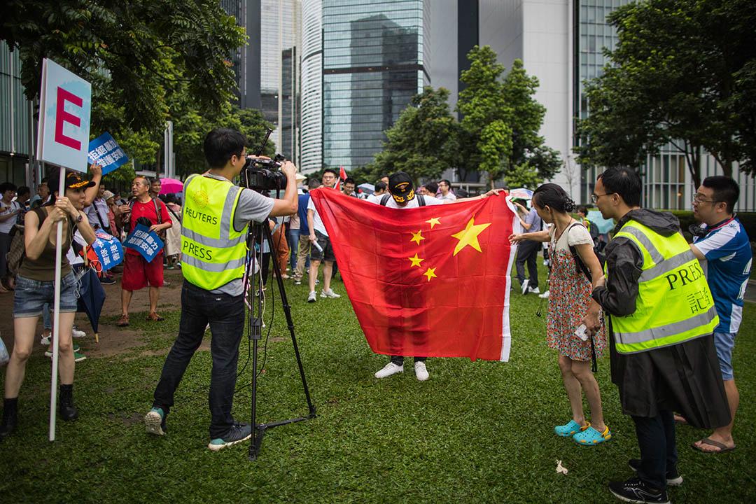 2019年8月17日,「守護香港大聯盟」在金鐘政府總部旁的添馬公園舉辦「反暴力、救香港」集會,參與者接受媒體採訪。