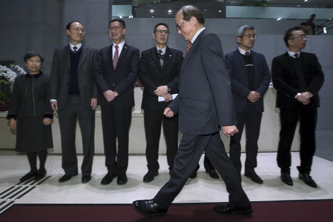 2016年2月4日,教育局局長吳克儉就TSA事件在政府總部見記者。