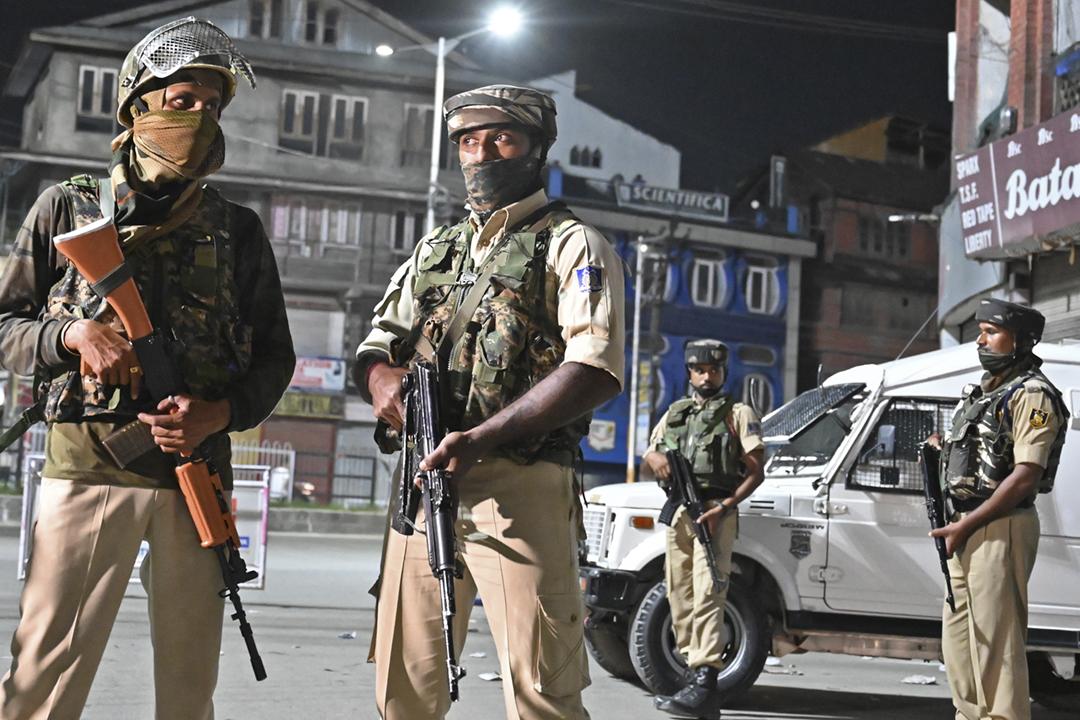 2019年8月4日,印度軍警於查謨—克什米爾邦夏季首府斯利那加(Srinagar)的街頭設置檢查站,數名軍警持槍戒備。 攝:Tauseef Mustafa / AFP / Getty Images