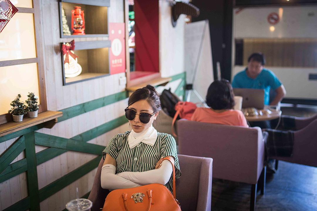 一名旅客在金門水頭碼頭外的餐廳休息。