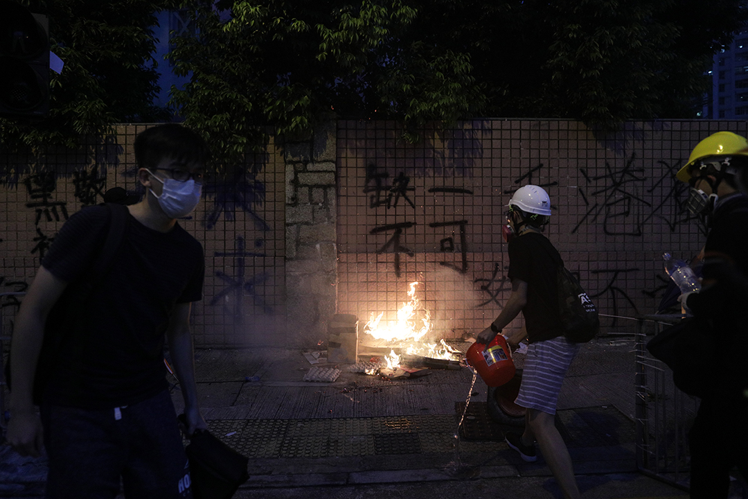 2019年8月5日,黃大仙示威者焚燒什物。