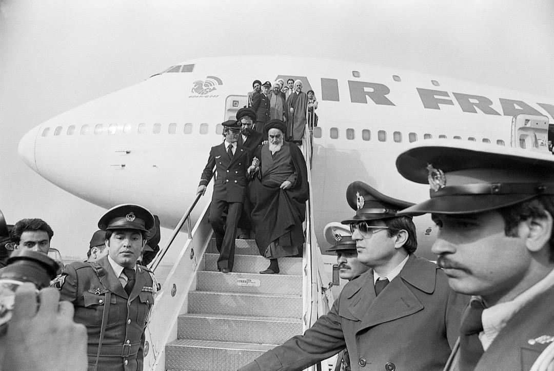 當地時間1979年2月1日上午9點27分,波音747安然降落在德黑蘭梅赫拉巴德機場。在攙扶下,76歲的霍梅尼緩緩步下舷梯,走進歡迎的人群中。