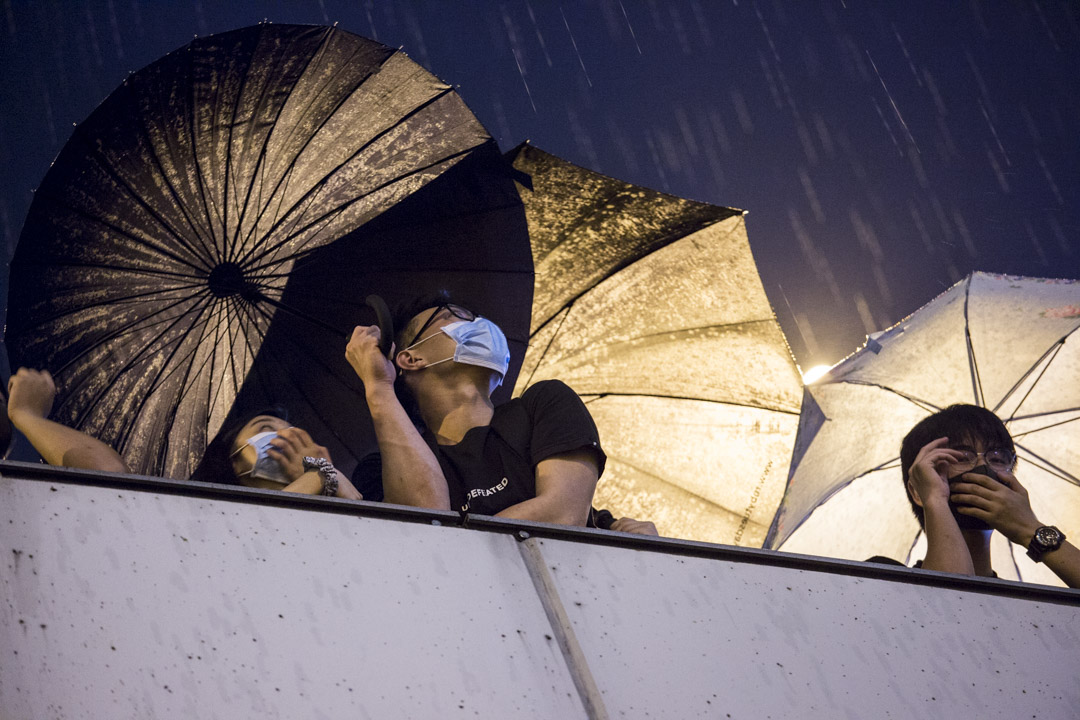 8月18日,晚上十時,示威者舉起傘。