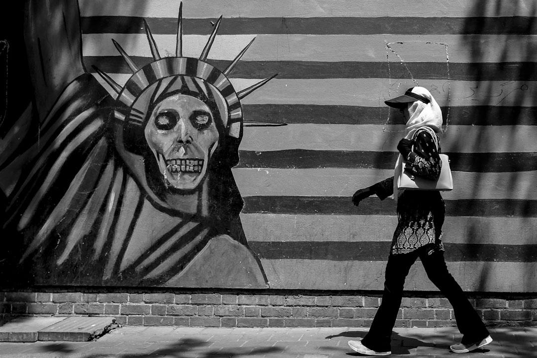 2018年8月7日,一名伊朗婦女走過美國駐伊朗首都德黑蘭大使館的自由女神像壁畫。