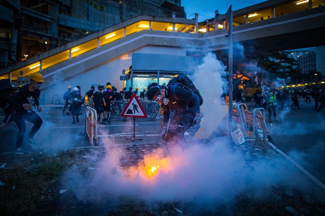 大圍警察以催淚彈驅散示威者。