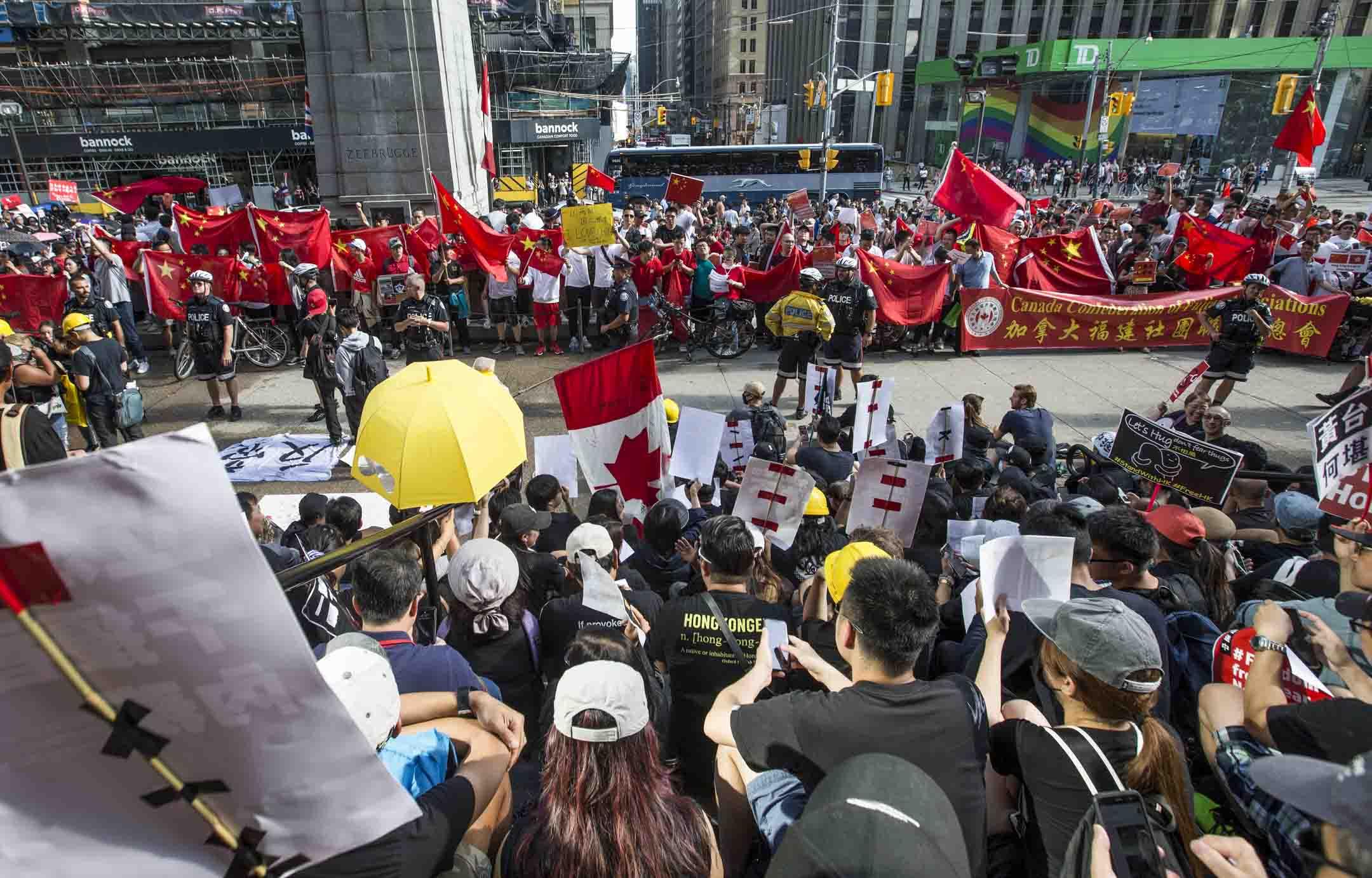 2019年8月17日,加拿大多倫多有反逃犯條例及大陸留學生支持中國的示威,反逃犯條例一方佔據了老市政廳前台階上較高的地勢,大陸留學生則從廣場一側迅速聚集。雙方在台階下形成一條臨時對峙線。 攝:Rick Madonik/Toronto Star via Getty Images