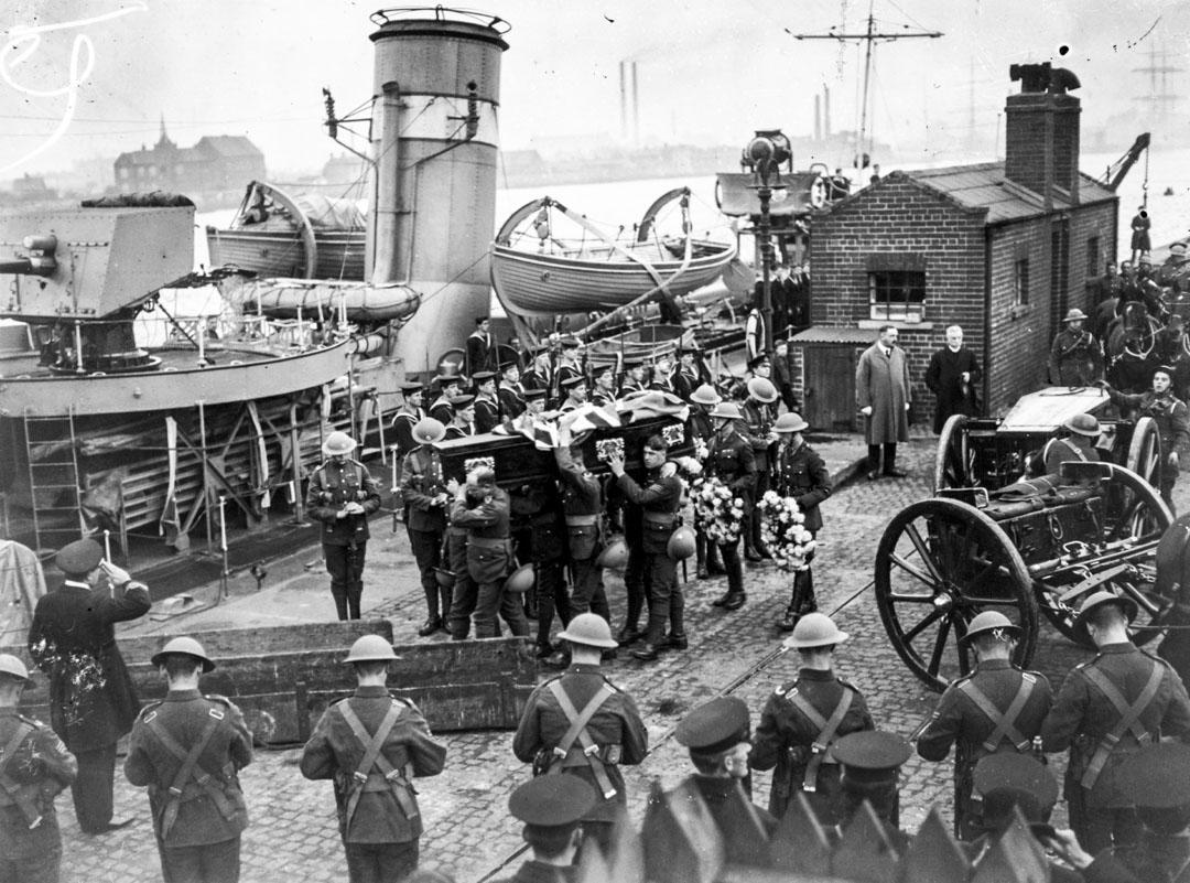 1920年11月25日都柏林的「血腥星期日」事件前,11名英軍情報人員因資訊外洩在住所被IRA射殺,遺體被帶回英國。