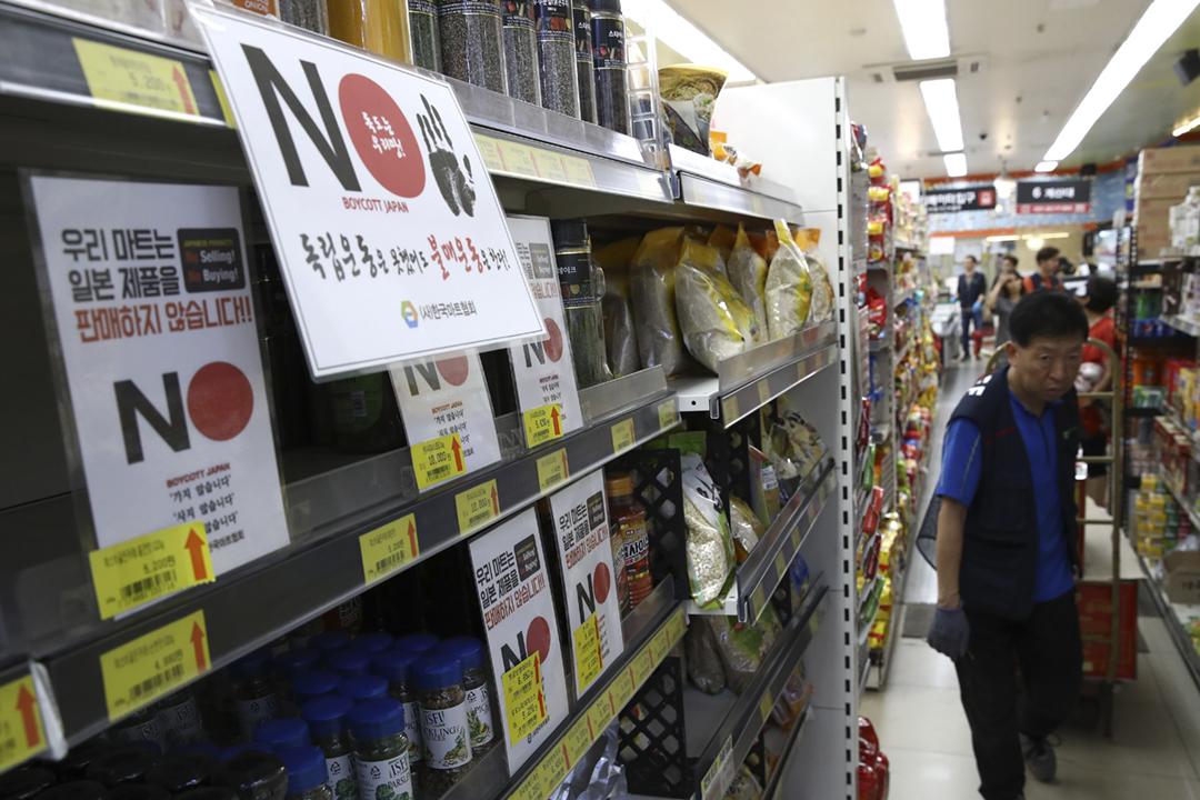 2019年8月2日,因應日本將南韓剔出貿易優惠白名單,有南韓商戶的貨架上貼有告示,呼籲消費者抵制日本製造產品。 攝:Chung Sung-Jun / Getty Images