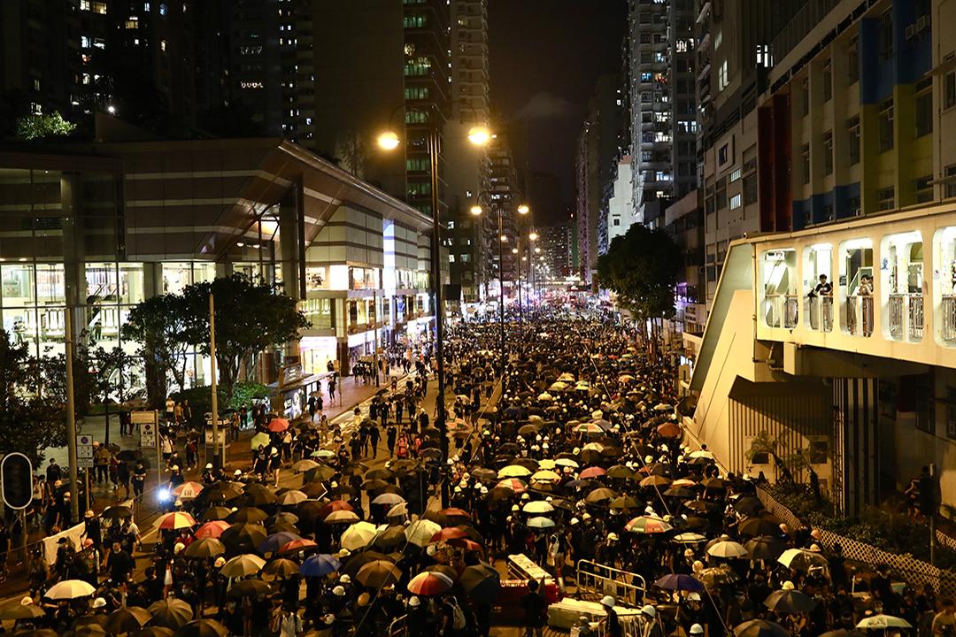 2019年8月5日,示威者遊行至北角警署途上。