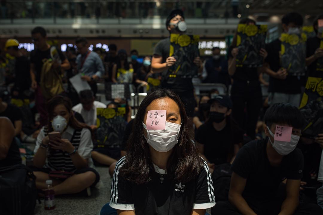 部分示威者用紅筆畫在白紗布上或蒙起右眼,抗議警察濫用暴力。