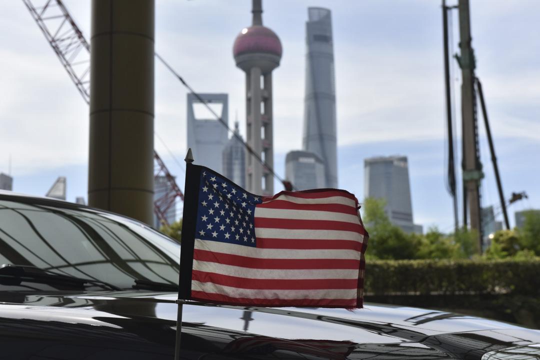 美國總統特朗普將把加徵關税的範圍擴大到幾乎所有的中國進口商品,令美中貿易衝突升級。 75 新關税措施將自9月1日起生效,覆蓋價值3,000億美元的中國商品,包括智能手機、服裝、玩具以及其他消費品。 攝:Greg Baker/AFP/Getty Images