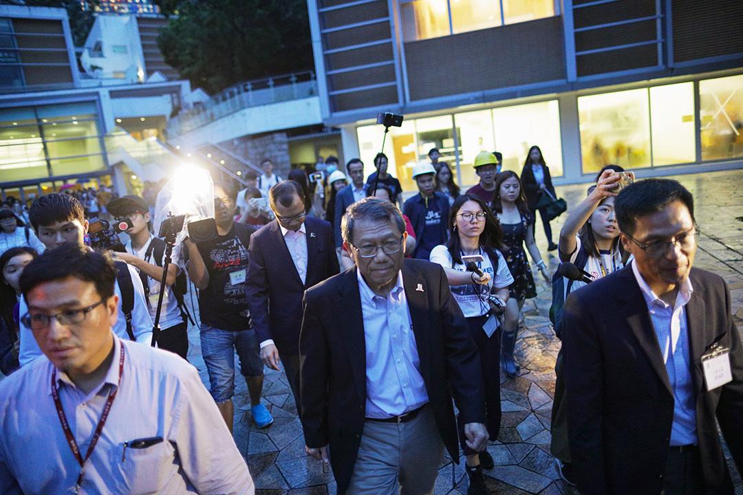 2019年8月1日,中大校長段崇智與學生會面對談,有不少學生頭戴黃色頭盔出席作抗議。  攝:Stanley Leung/端傳媒