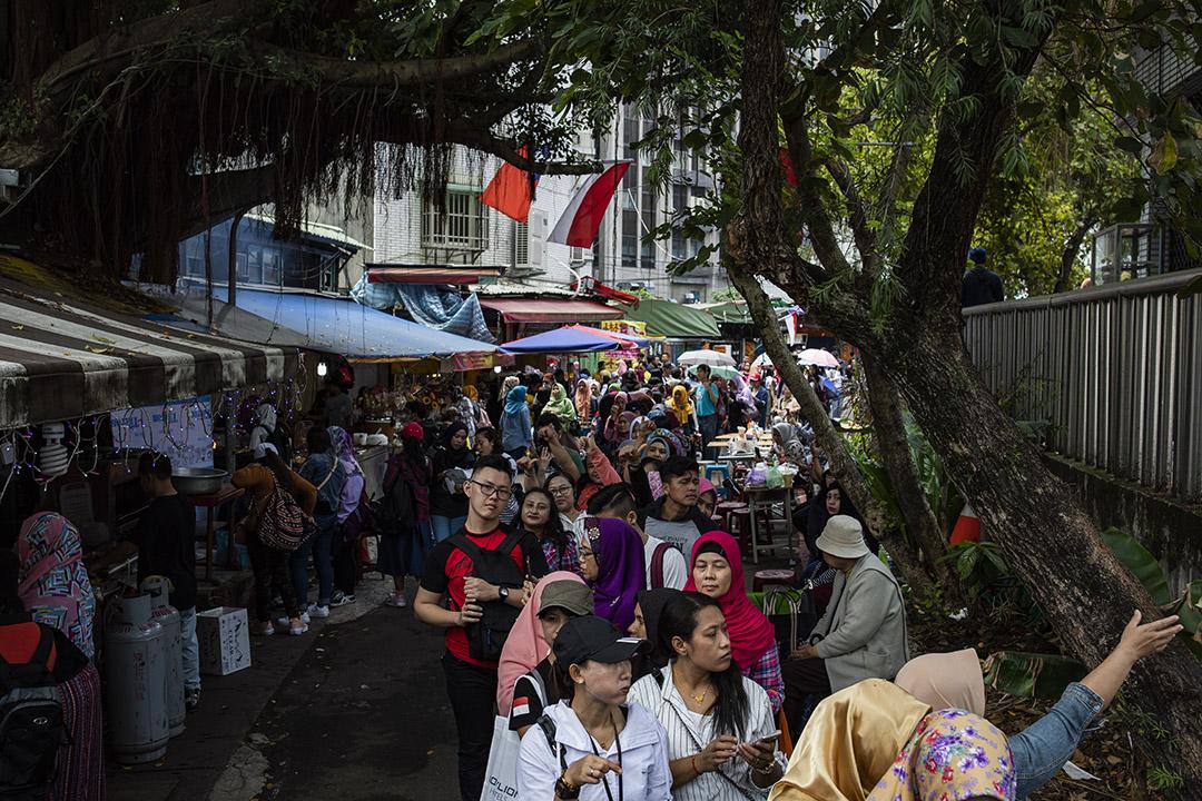 2019年4月14日,台北一處投票所外,印尼人排隊作總統選舉投票。