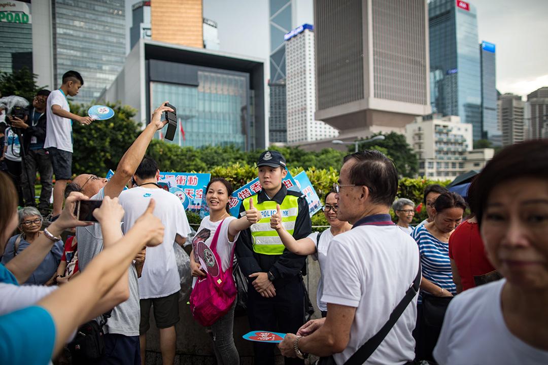 2019年7月20日,金鐘「守護香港」大集會,參加者向在場警員讚好。  攝:陳焯煇/端傳媒