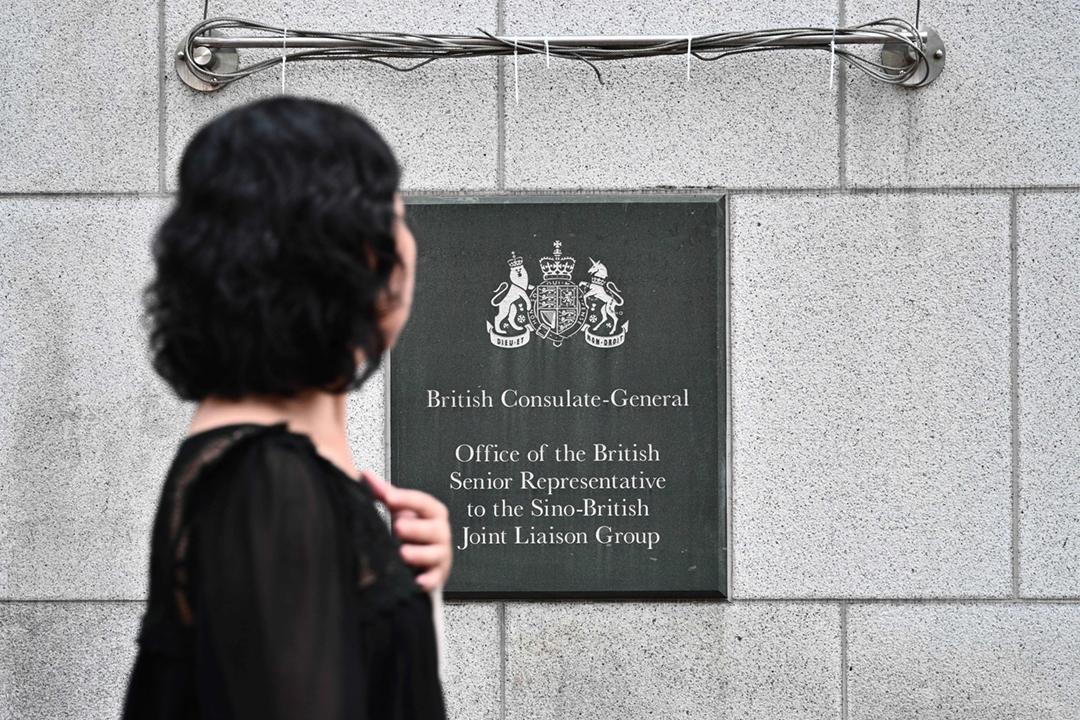 《環球時報》引述深圳羅湖警方消息指,英國駐港總領事館港籍僱員 Simon Cheng 是因違反《治安管理處罰法》第66條而被行政拘留,相關條文涉及的是賣淫嫖娼。 攝:Anthony Wallace / AFP / Getty Images