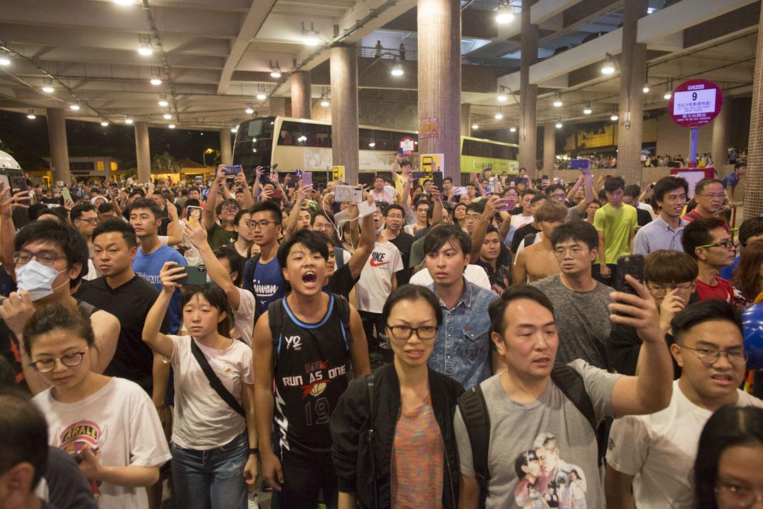數百名鼓燥的黃大仙居民,不斷高叫:「香港警察,知法犯法!」,警方在一片噓聲中不斷後退。